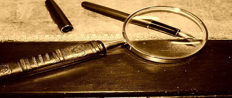 799px-Magnifying_glass_on_antique_table3-13-1